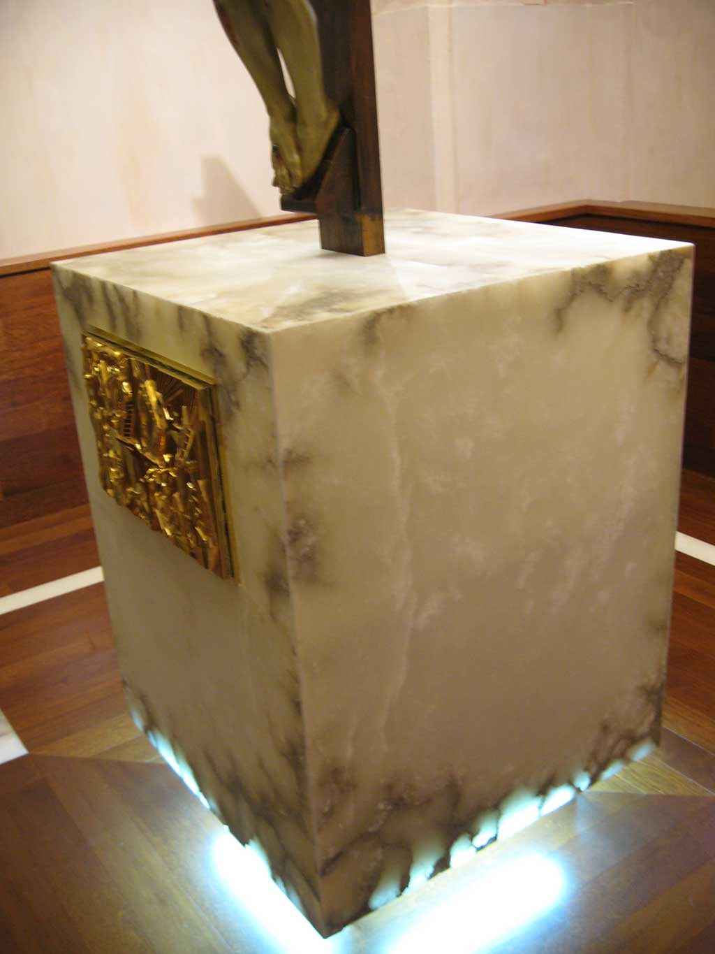 Alabaster in churches. Holy Christ holder.